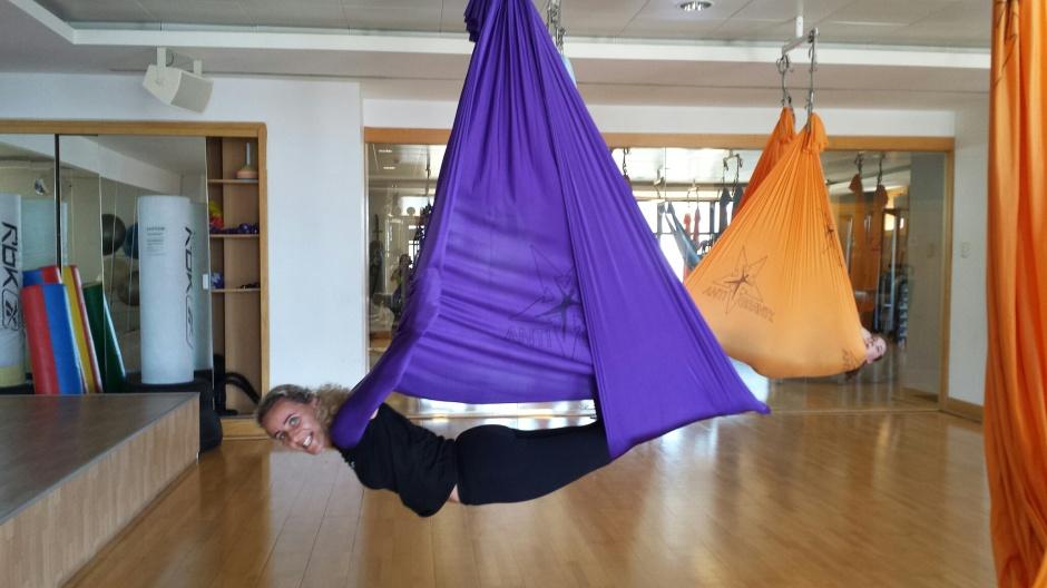 Ana Rita Sena, instrutora de Aerial Yoga, em pleno voo demonstrativo...